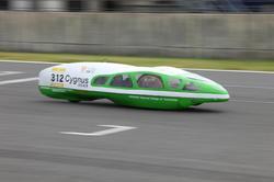 決勝を走行中の「Cygnus」チームのマシン