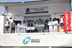 グループIII(大学・短大・高専・専門学校部門)の表彰式。中央の3名が「長野高専 Cygnus」のメンバー。