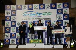 KV-2クラスの「大学・高専・専門学校部門」の表彰式。中央の1位の段上が「長野高専 Helimes」チームのメンバー。