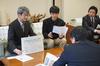 環境都市工学科3年担任の柳沢教授と鶴田さんによる報告書説明の様子