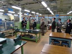 【写真2】工場見学 長野高専小野技術教育センター長(写真左)