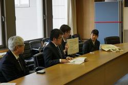 環境都市工学科3年担任の遠藤教授と学生による報告書説明の様子