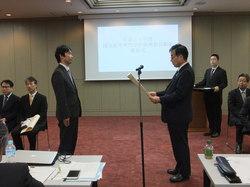 (写真2:表彰式での写真です。左が中山准教授。)
