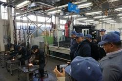 【写真】工場での実習を見学