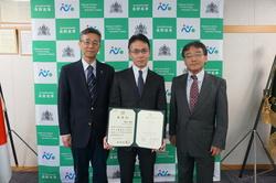 左から土居校長、横山技術専門職員、宮嵜指導教授