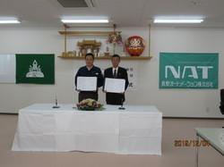 長野オートメーション株式会社 山浦社長(写真左)と長野高専 土居校長(写真右)による記念撮影