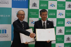 (左から)長野県立大学 安藤理事長、土居校長