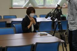 本校会議室にて、マスクの中の湿度を計測するテレビ信州の方