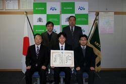 平成27年1月7日に賞状授与、記念撮影を行いました。(前列:左から 黒田校長、大平さん、押田教授(技術支援部長) 後列:左から 宮嵜教授、和田技術長)