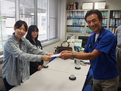 稲田社長からお礼をうけとる