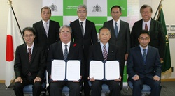 千葉工大小宮学長(前列中央左)と長野高専黒田校長(前列中央右)