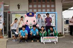 サイまるとともに記念撮影(清泉女学院大学の学生とともに、中央は石原校長)