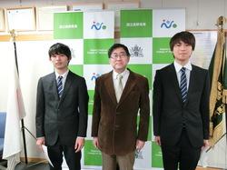 左から電子制御工学科・田中さん、石原校長、環境都市工学科・福原さん