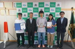 左から宮島さん、土居校長、宮之内さん、山崎さん、指導にあたった轟准教授