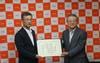 土居校長(左)から株式会社ミマキエンジニアリング池田明代表取締役会長(右)へ特別栄誉教授の称号を付与