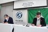 協定書に署名する(株)守谷商会 吉澤社長(左)、土居校長(右)