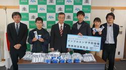 贈呈後の記念撮影。土居校長(左から3人目)、小山事務部長(左から1人目)、西信学生主事補(右から1人目)、学生代表3名。