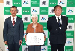 贈呈後の記念撮影             (左から土居校長、矢沢カツミ様、亀井事務部長)             ※記念撮影時のみマスクを外しております。
